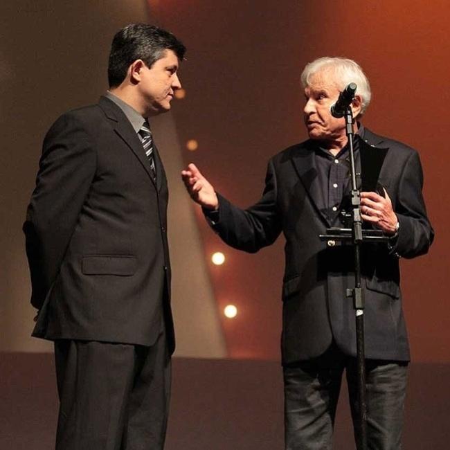 Cid Moreira recebe prêmio durante o prêmio Comunique-se no HSBC Brasil, em São Paulo (13/9/11). O apresentador ganhou a homenagem por ter emprestado a voz para a premiação durante nove anos