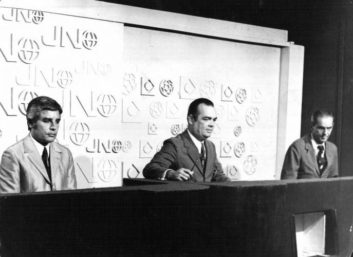 """Em 1969, Cid Moreira entra para o time de apresentadores do """"Jornal Nacional"""", da rede Globo, posto que ocupou até 1996. Nesta foto, ele apareceu ao lado de Hilton Gomes e João Saldanha na bancada do """"Jornal Nacional"""" na década de 1970"""