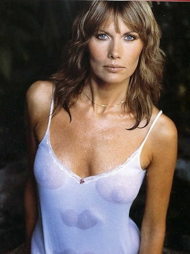 "Maud Adams fez Andrea Anders, em ""The Man with the Golden Gun"", de 1974, e interpretou Octopussy, no filme ""Octopussy"", de 1983"