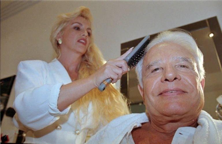 """O apresentador Cid Moreira é penteado por Ulhiana, sua esposa na época, em seu camarim, para seu último dia no """"Jornal Nacional"""" (30/3/96)"""