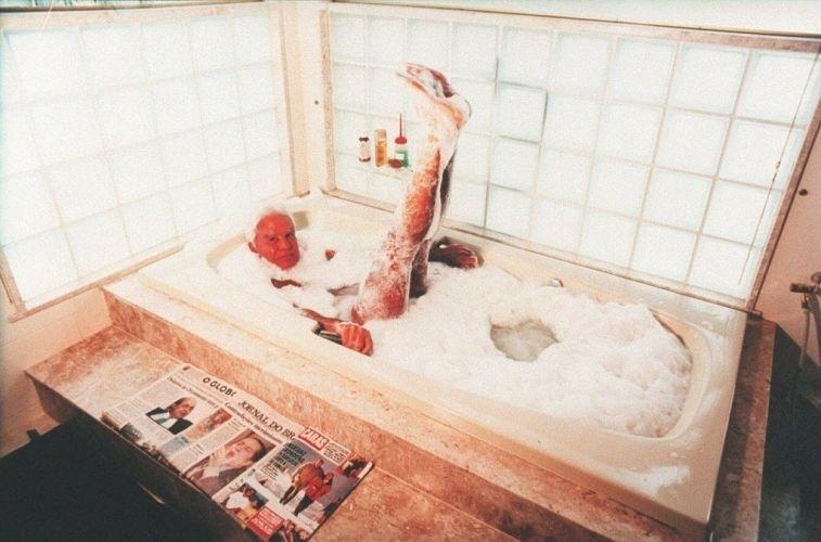 """O apresentador Cid Moreira na banheira de sua casa, em foto feita para reportagem da revista """"Caras"""" (28/9/97)"""