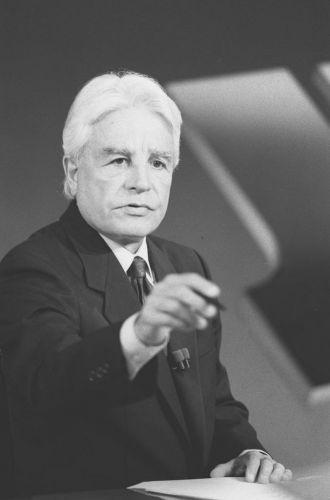 """O apresentador Cid Moreira no telejornal da Rede Globo """"Jornal Nacional"""", em janeiro de 1995"""