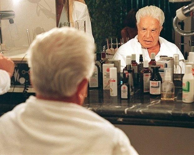 O apresentador Cid Moreira vai ao salão de beleza de sua ex-mulher Ulhiana (7/4/96)