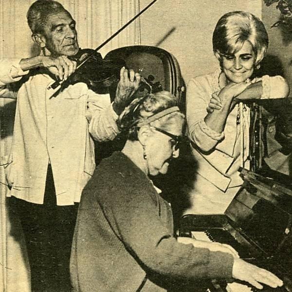 A cantora Hebe Camargo com os pais Fego, ao violino, e Ester Camargo, ao piano, em foto de 18 de julho de 1963