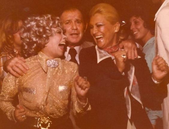 Dercy Gonçalves, Lélio Ravagnani e Hebe Camargo dançam em festa