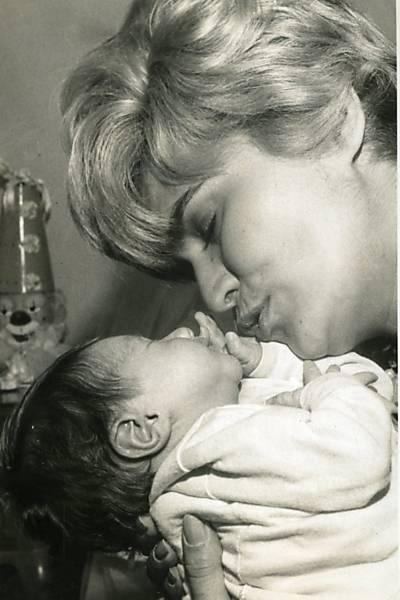 Hebe com seu filho Marcello no dia em que ele completou um mês (1965)
