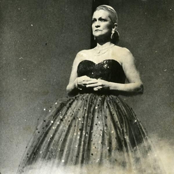 """Hebe interpreta """"Don't Cry for me Argentina"""", tema principal da peça teatral 'Evita', na abertura de programa da TV Bandeirantes"""