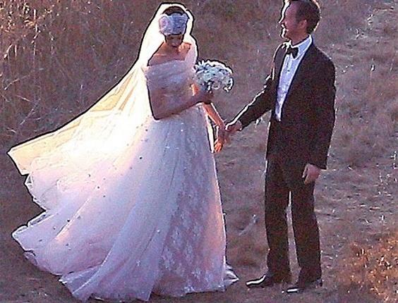A atriz Anne Hathaway, de 29 anos, usou um vestido de tecido leve, decote reto e pequenos brilhos ao longo da saia em seu casamento com o designer de joias Adam Shulman (29/9/12). O modelo foi feito pelo estilista Valentino Garavani (80), amigo da atriz. O figurino contou ainda com um longo véu e um buquê de flores brancas.