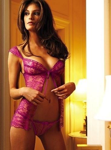 Não é só o decote de Carol Francischini que chama atenção na foto da campanha da Victoria's Secret.  Repare que a mão da modelo parece estar flutuando. Onde está o braço da beldade? Ângulo ou exagero no Photoshop, a verdade é que a foto e a bela ficaram bem estranhas (1/10/12)