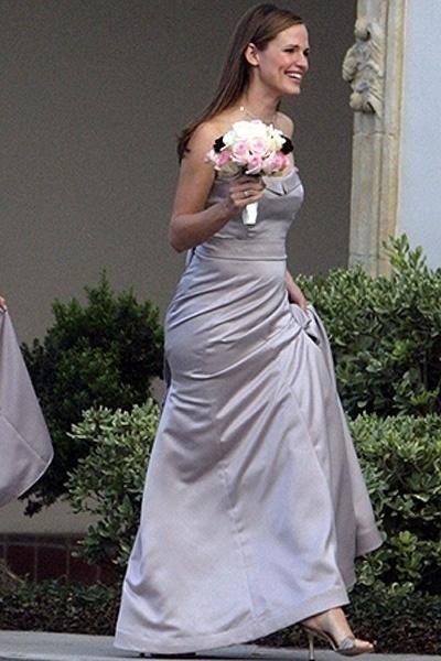 A atriz Jennifer Garner escolheu um vestido cinza quando foi madrinha de uma amiga (2009)