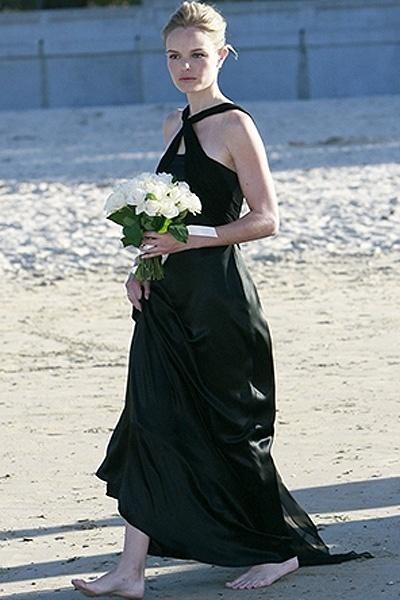 Descalça, a atriz norte americana Kate Bosworth ousou com o vestido preto em um casamento na praia