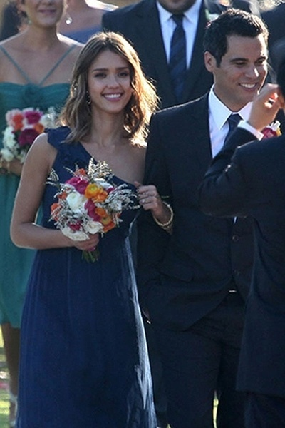 Jessica Alba usou um vestido da grife Amsale, de um ombro só, no casamento de uma amiga (2010)