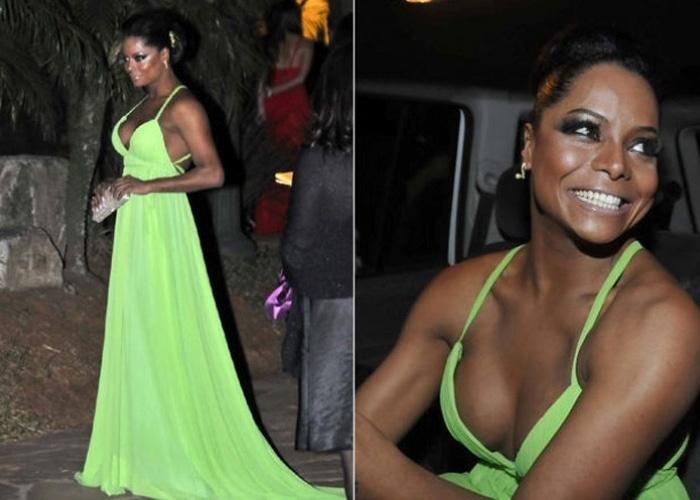 A dançarina Adriana Bombom, madrinha de Sheila Mello, optou por um longo verde (24/6/2010)