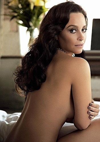 """Aos 36 anos, a atriz Suzana Pires mostrou que está em ótima forma em ensaio sensual para revista """"Status"""" de outubro, que chega às bancas nesta quarta-feira (3/10/12). """"A nudez pode ser libertadora para quem faz e também para quem assiste. Pudor e timidez não somam no meu trabalho"""", diz a atriz, que interpreta Glória, em Gabriela."""