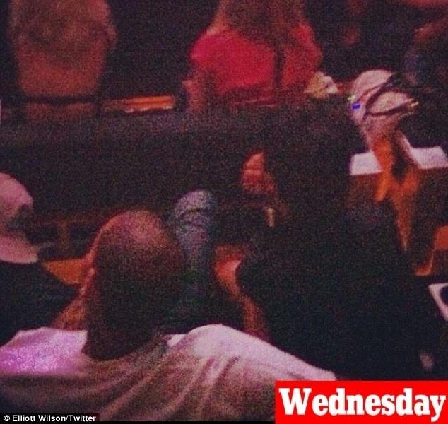 Na mesma noite em que foram clicados saindo do mesmo hotel em Nova York, Rihanna e Chris Brown foram vistos juntos na plateia do show do Jay-Z na cidade (4/10/12). As informações são de fãs que estiveram no evento, de acordo com o site ?TMZ?