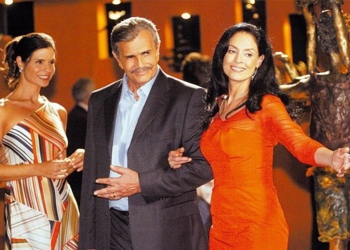 """O ator Tarcísio Meira e a atriz Sônia Braga durante cena da novela """"Páginas da Vida"""", da TV Globo (2006)"""