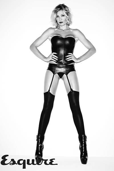 """A atriz Cameron Diaz presenteou seus fãs com um ensaio ensaio sensual para celebrar seu aniversário de 40 anos, completados no último dia 30 de agosto, publicado na edição de outubro da revista """"Esquire"""". Cameron foi clicada pelo famoso fotógrafo das celebridades Terry Richardson"""
