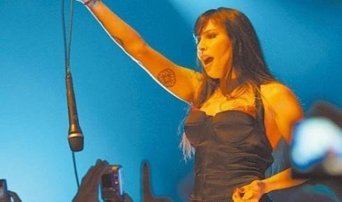 A cantora Pitty em show de 2008 (14/3/08)