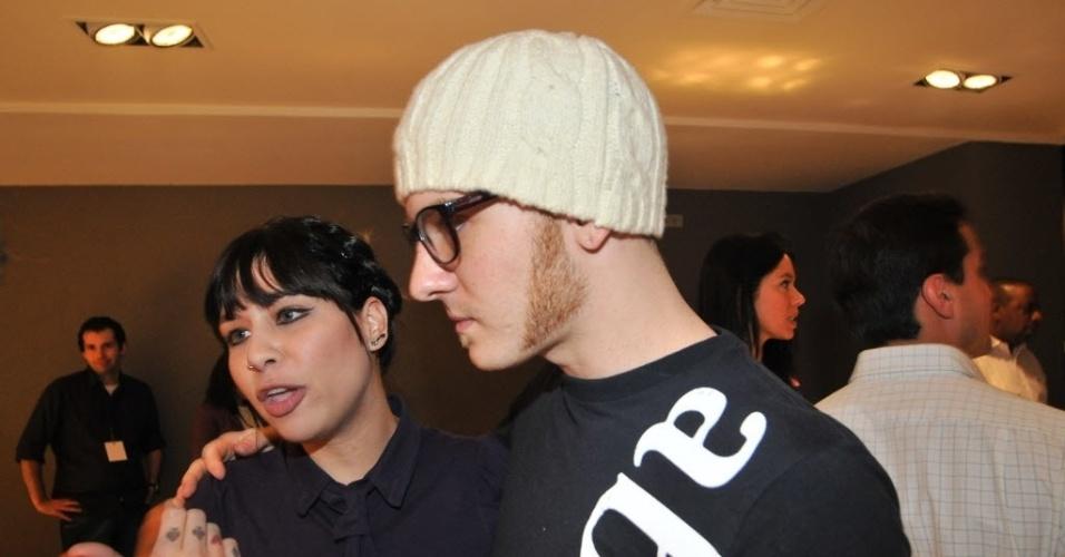 Em dezembro de 2010, a cantora Pitty se casou com Daniel Weksler, baterista da banda NX Zero. A bela usou um vestido vermelho ousou em uma cerimônia nada tradicional. Em maio de 2008, a cantora perdeu o bebê, fruto de seu relacionamento com o baterista, aos três meses de gestação