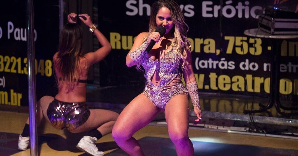 """Declarada """"musa do periguetismo"""", Renata Frisson, a Mulher Melão, foi coroada Rainha das Periguetes nesta sexta-feira (5/10/12), no Teatro Orion (SP). """"Periguete é uma mulher bem resolvida, sensual, folgosa e que gosta muito de sexo"""", disse a rainha"""