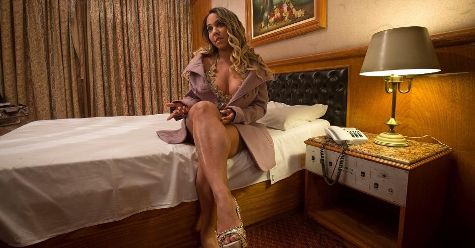 """A funkeira Renata Frisson, a Mulher Melão, foi coroada """"Rainha das Periguetes"""" durante festa no Teatro Orion, em São Paulo (SP), nesta sexta-feira (5/10/12). """"Periguete é uma mulher bem resolvida, sensual, fogosa e que gosta muito de sexo"""", disse a rainha. Na foto, a beldade posa em hotel na capital paulista, antes da coroação."""