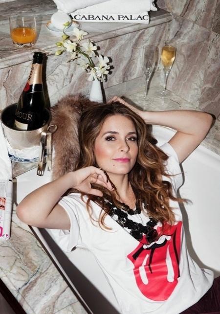 """Claudia Abreu viveu Chayenne, uma cantiora de tecnobrega, na novela """"Cheias de Charme"""". Mas ela também tem muito rock'n'roll. """"Cláudia Abreu, em momento Rolling Stone, para a revista 'Glamour'"""", escreveu J. R. Duran em seu site oficial (Junho/2012)"""