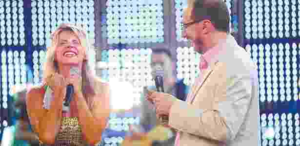 """10.fev.2010 - O apresentador Britto Júnior anuncia a atriz Karina Bacchi como a vencedora da segunda temporada do reality show """"A Fazenda"""", da TV Record - Divulgação/Record - Divulgação/Record"""