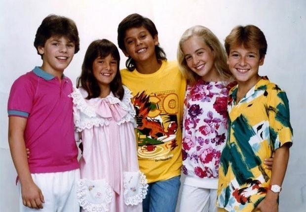 """Relembrando a década de 80, a apresentadora Angélica tirou do baú uma imagem em que aparece com os integrantes da banda mirim Ultraleve. Na legenda da foto, a loira escreveu: """"Reconheceram as crianças?"""""""