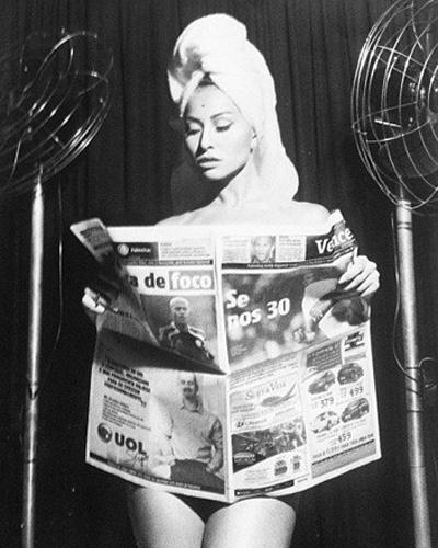 Sabrina Sato divulgou no Instagram foto em que aparece nua e segurando um jornal para esconder as curvas . O clique foi feito para a terceira edição da revista Rev. Nacional, que é produzida pelo fotógrafo (8/10/12)