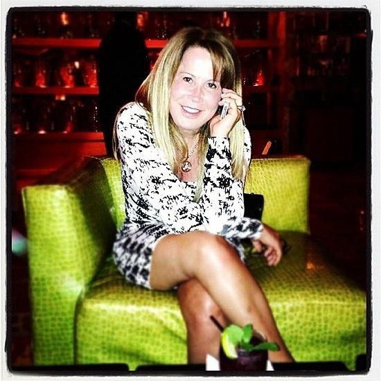 """Separada do cantor Zezé di Camargo, Zilu divulgou nesta segunda-feira (8/10/12) uma foto em que aparece de vestidinho e pernas cruzadas. Ela já arrancou elogios após postar foto de biquíni. Dessa vez, porém, usou uma ferramenta da rede social Instagram para """"esfumaçar"""" a região das pernas e """"limpar"""" possíveis imperfeições, como celulites"""