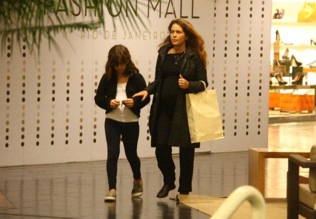 Cláudia Abreu durante um passeio por um shopping carioca com a filha Maria (15/9/11). A atriz estava grávida do caçula Pedro Henrique
