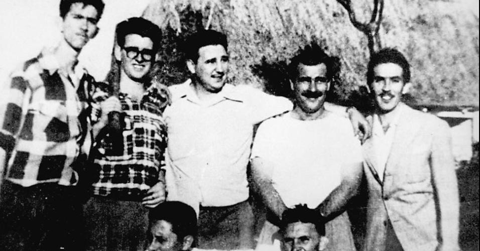 Fidel Castro (centro, em pé) com companheiros de guerrilha em Los Palos (Cuba), antes do ataque a Moncada, em 1953