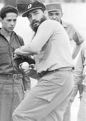 Fidel jogando beisebol em 1964 - Reuters