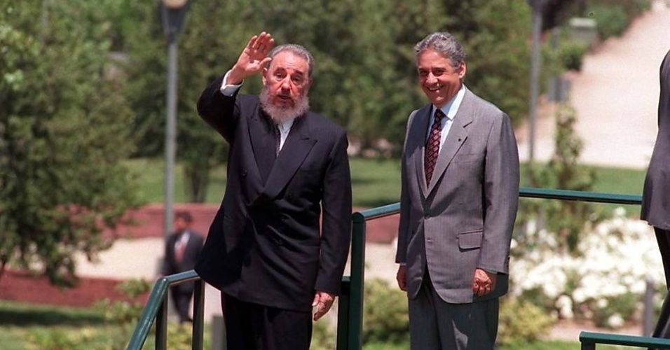 O ditador cubano Fidel Castro acena para fotografos ao lado do ex-presidente Fernando Henrique Cardoso (novembro de 1996)