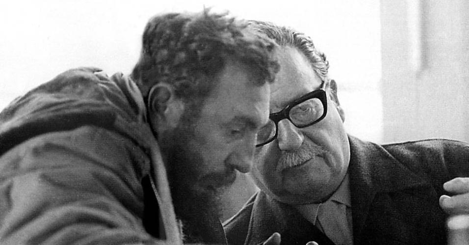 O presidente chileno Salvador Allende (dir.) conversa com Fidel Castro durante visita do líder cubano ao Chile, em 1971