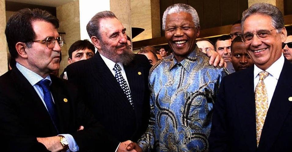 O primeiro-ministro da Itália Romano Prodi (esq.) posa para fotografia com os presidentes Fidel Castro, Nelson Mandela e Fernando Henrique Cardoso (da esq. para a dir.) durante cerimônia do 50º aniversário do sistema internacional de comércio, em Genebra (19/5/98)