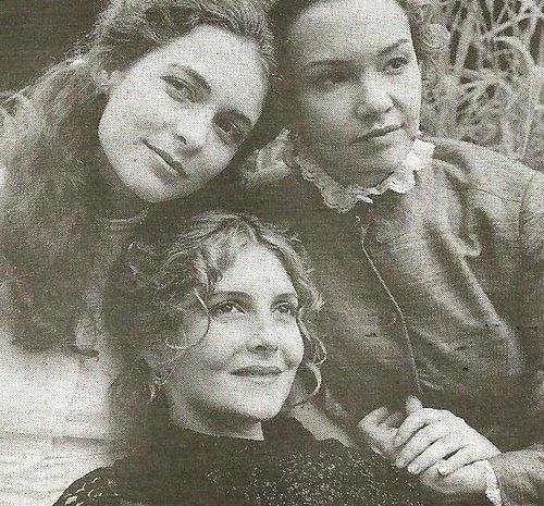 """Peça """"As Três Irmãs"""" com Maria Padilha, Cláudia Abreu e Julia Lemmertz. Com texto do russo Tchekov e direção de Enrique Diaz, a peça trata da história das irmãs eram felizes em Moscou até o pai ser transferido para uma província onde nada acontece (1999). Olga (Julia Lemmertz) é a irmã-equilíbrio entre a caçula Irina (Cláudia Abreu) e Macha (Maria Padilha)"""