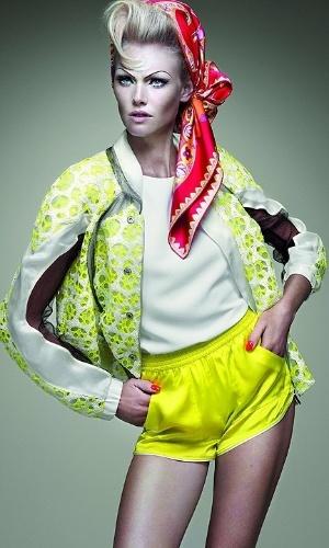 """A modelo gaúcha Shirley Mallmann é capa da revista """"Versatille"""", usando roupas fluorescentes (15/10/12)"""