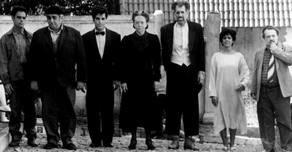 """Diogo Vilela, Elias Gleizer, Paulo Betti, Fernanda Montenegro, Ruy Rezende, Marilia Pêra e Gianfrancesco Guarnieri em cena da minissérie """"Incidente em Antares"""" (1994)"""