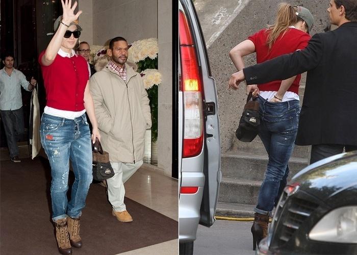 """A cantora Jennifer Lopez, 43, deu uma escorregada durante sua passagem por Paris com a turnê """"Dance Again"""". Mas não foi no palco. Ao deixar o hotel, nesta terça-feira (16/10/12), ela precisaou ajeitar a calcinha e os flashes dos fotógrafos não pouparam o momento íntimo"""