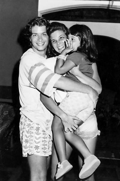 Com sua filha Rafaela e seu então marido Fábio Assunção (que não é pai da menina), Cristiana é fotografada quando o casal fazia turnê teatral pelo Brasil (1993)