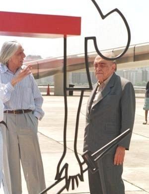 Niemeyer e o poeta Ferreira Gullar observam uma de suas esculturas no MAC Niterói (1999)