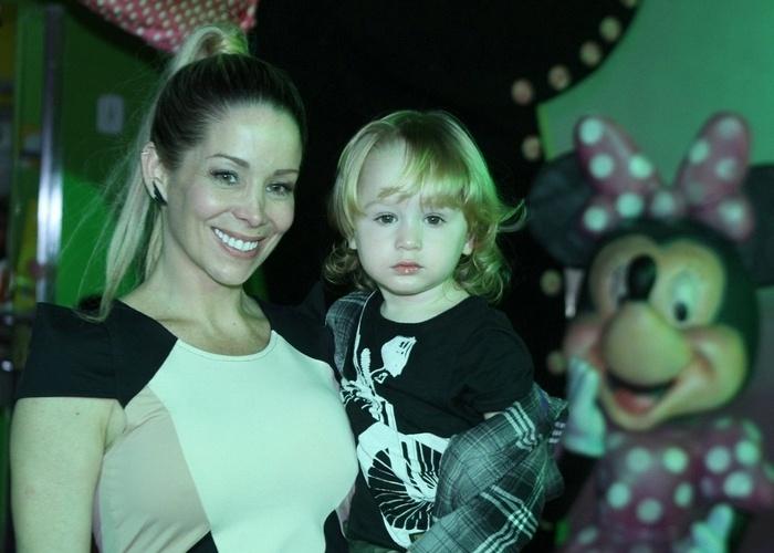 A atriz Danielle Winits levou o pequeno Guy, fruto do seu relacionamento com o ator Jonatas Faro, para parabenizar as gêmeas Sofia e Antônia (17/10/12)