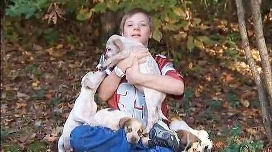 Um garoto com Síndrome de Down que ficou desaparecido por 18 horas sobreviveu graças ao calor de filhotes de cachorro. Com a ajuda do cão da família, o menino de 10 anos foi encontrado molhado e sem sapatos em um riacho. Ele se perdeu pois decidiu seguir os filhotinhos pelo bosque.