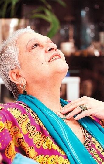 """Após passagem pela Record, Regina Dourado voltou para a Globo e fez a novela """"Caminho das Índias"""" (2009). A atriz ficou afastada da televisão desde então, mas fazia questão de mostrar que estava pronta para voltar ao trabalho. Segundo a coluna """"Retratos da Vida"""", do jornal """"Extra"""", ela afirmou que aguardava um convite para atuar. """"Já estou com cabelo! Espero receber um convite, não estou careca!"""", contou ela rindo em entrevista em outubro de 2011"""