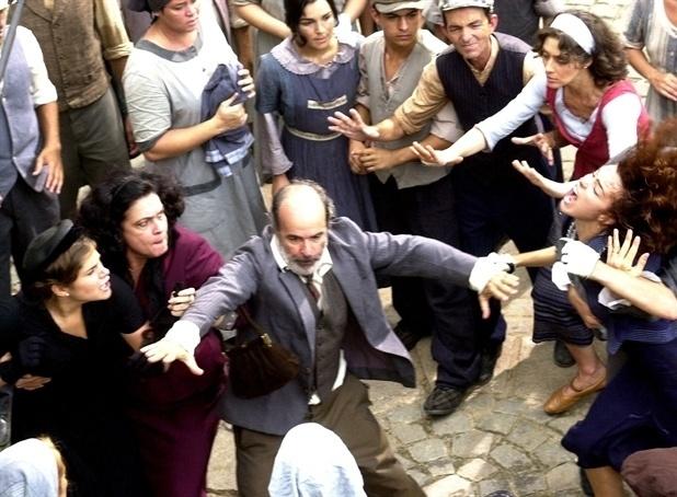 """Em 2002, Regina Dourado fez """"Esperança"""". Na cena, Maria (Priscila Fantin) é contida por Mariusa (Regina Dourado). Jacobino (Osmar Prado) tenta apartar a briga, e José Manoel (Nuno Lopes) segura Camille (Ana Paula Arósio). A trama contava a história de amor dos italianos Toni (Reynaldo Gianecchini) e Maria (Priscila Fantin) na década de 1930"""