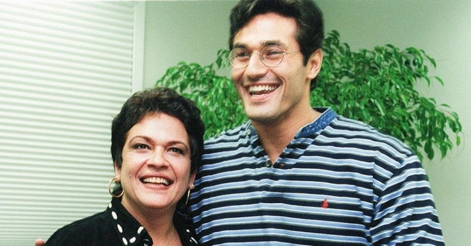 """Regina Dourado e o ator Luciano Szafir (1997). Os dois atuaram na novela """"Anjo Mau"""". Na trama, a atriz fez o papel de Alzira, mãe adotiva da protagonista Nice, interpretada por Glória Pires"""