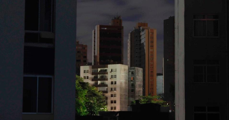 26.out.2012 - Apagão visto a partir de prédio em área de Salvador