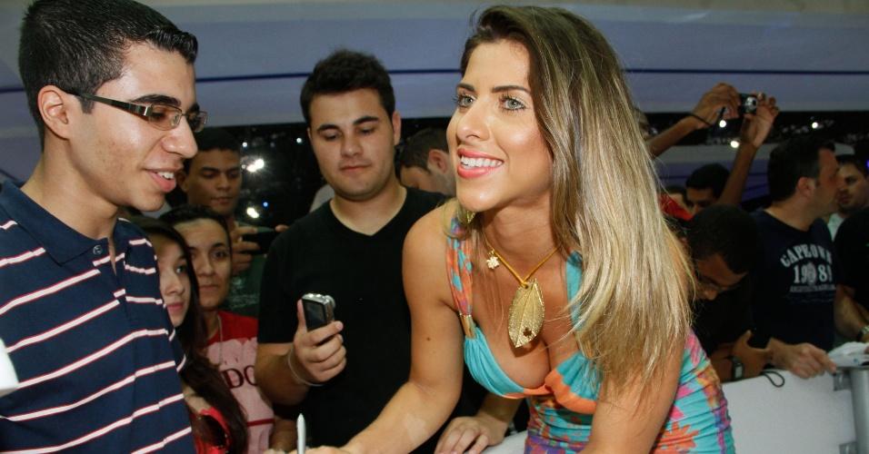 A musa do Corinthians Ana Paula Minerato dá autografós para fãs no Salão Internacional do Automóvel de São Paulo (28/10/2012)
