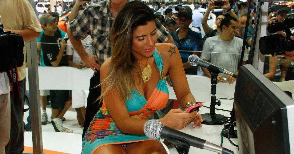 A musa do Corinthians Ana Paula Minerato deixa parte da calcinha aparecer no Salão Internacional do Automóvel de São Paulo (28/10/2012)